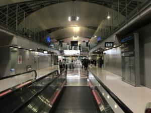 到着日の空港内通路